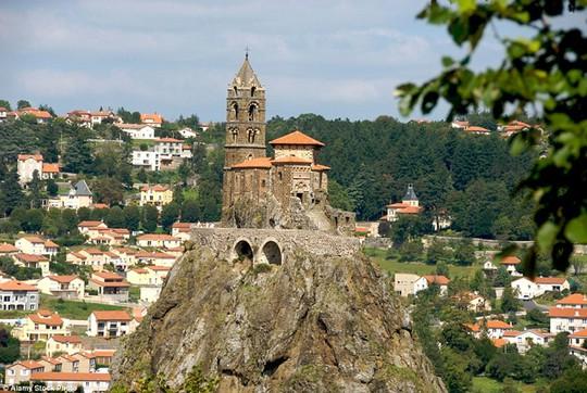 St Michel daiguilhe, Pháp: Nhà thờ được xây dựng vào thế kỷ thứ 10. Muốn đến nhà thờ, bạn phải trèo 268 bậc thang.