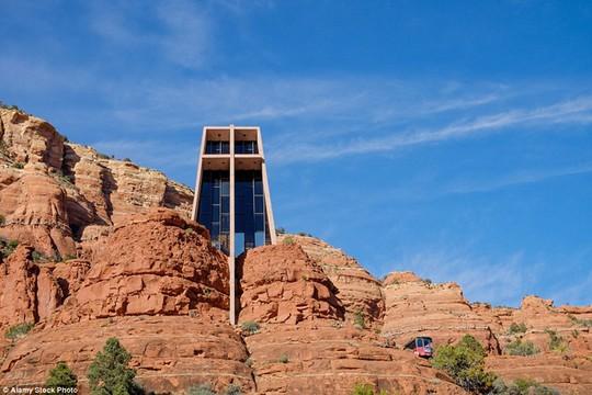 Holy Cross, Mỹ: Nhà thờ nằm giữa những tảng đá lấy cảm hứng từ tòa nhà Empire State. Nhìn từ phía chính diện, nhà thờ có một hình chữ thập dài.