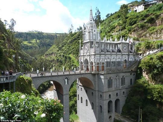Las Lajas Sanctuary, Colombia; Nép vào trong lòng một vách núi, Las Lajas Sanctuary có một chiếc cầu nối giữa biên giới Colombia và Ecuador. Nhà thờ này có lẽ là nơi duy nhất du khách phải mang theo hộ chiếu mới có thể vào bên trong.