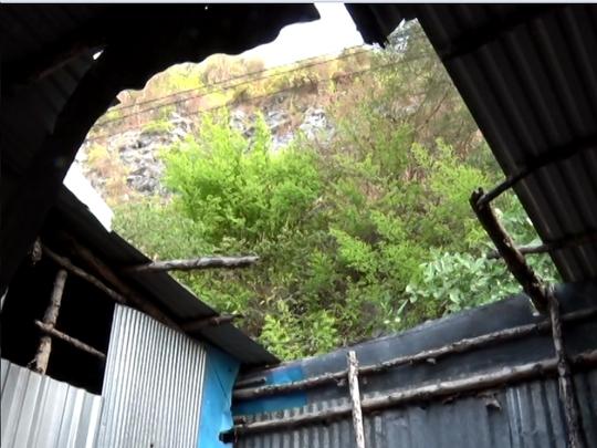 Đá rơi làm vỡ toang mái nhà của một hộ dân