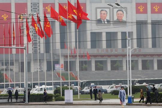 Cảnh sát điều khiển giao thông trước Cung Văn hóa 25 tháng 4 tại Bình Nhưỡng. Ảnh: Reuters