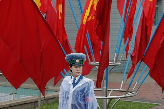 Nữ cảnh sát điều khiển giao thông trước Cung Văn hóa 25 tháng 4 tại Bình Nhưỡng. Ảnh: Reuters