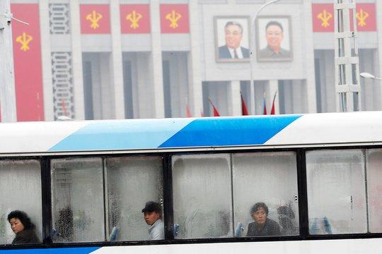 Chiếc xe buýt đi ngang qua Cung Văn hóa 25 tháng 4 tại Bình Nhưỡng. Ảnh: Reuters