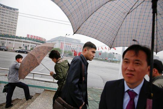 Người dân đi lại ở khu vực gần Cung văn hóa 25 tháng 4. Ảnh: Reuters