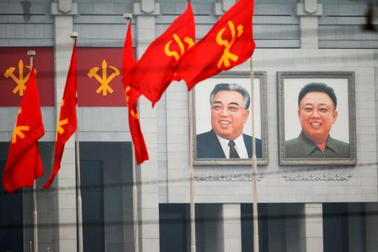 Ảnh của 2 cố lãnh đạo Triều Tiên Kim Il Sung và Kim Jong Il tại Cung Văn hóa 25 tháng 4 ở Bình Nhưỡng. Ảnh: Reuters