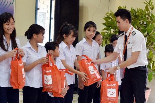 Đại diện JPA trao quà cho trẻ em của Làng Hy Vọng