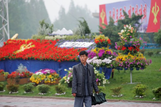 Nhiều loài hoa được đưa về trang hoàng khu vực Cung văn hóa 25-4 nơi diễn ra đại hội lần thứ 7 của Đảng Lao động Triều Tiên ở Bình Nhưỡng. Ảnh: Reuters