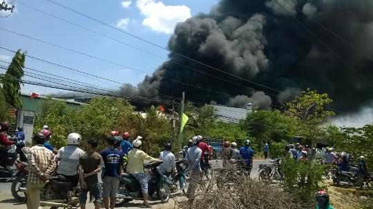 Từ cách xa hàng trăm mét, người dân vẫn nhìn thấy cột khói bốc cao lên trời