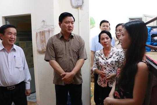 Bí thư Thành ủy TP HCM Đinh La Thăng (thứ hai từ trái sang) và bà Trần Kim Yến, Chủ tịch LĐLĐ TP HCM, thăm hỏi công nhân tại khu lưu trú Ảnh: BẠCH ĐẰNG