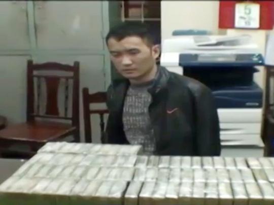 Trần Đức Duy sau khi bị bắt quả tang vận chuyển 94 bánh heroin ngày 6-1-2015 tại Hòa Bình