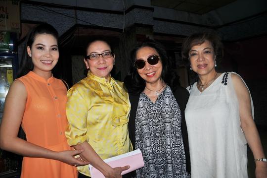 Bạch Tuyết, Đỗ Quyên, Kim Luận và đạo diễn Huỳnh Mai trong lễ khởi công vở Đời cô Lựu