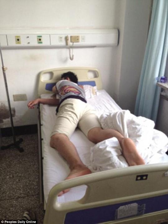 Anh Wang đang bình phục sau ca phẫu thuật nhầm. Ảnh: Daily Mail