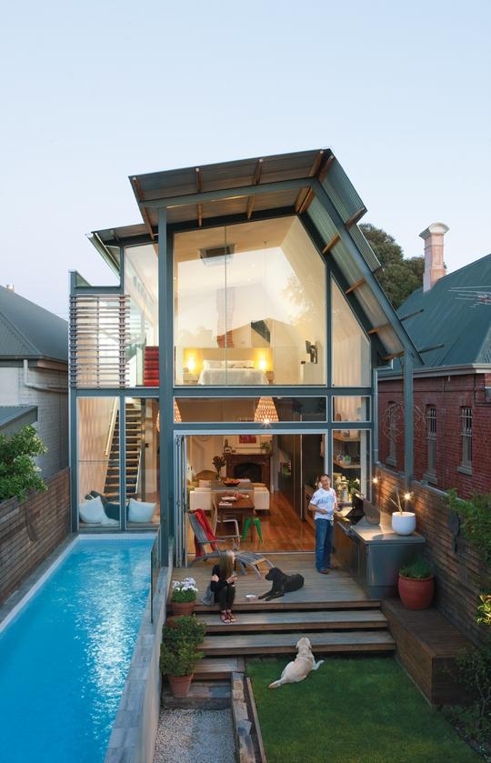 Dù nhỏ nhưng gia đình này vẫn sở hữu cho mình một bể bơi trong xanh.