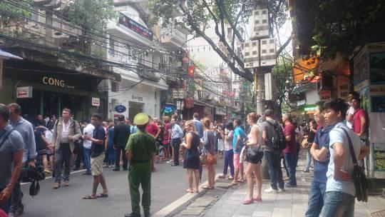Rất nhiều du khách tò mò dừng chân quanh quán cà phê Cộng