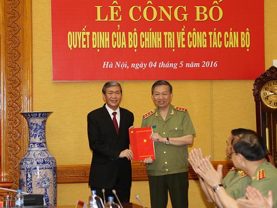Thường trực Ban Bí thư Đinh Thế Huynh trao Quyết định của Bộ Chính trị cho Bộ trưởng Tô Lâm