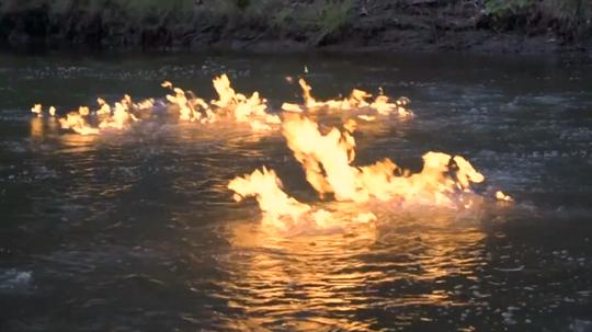 Sông Condamine bắt lửa. Ảnh: Reuters