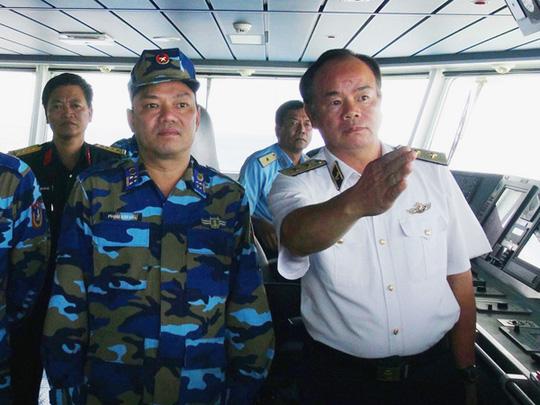 Phó Đô đốc Phạm Ngọc Minh (phai) trực tiếp chỉ đạo việc tìm kiếm tại hiện trường - Ảnh: Bộ Quốc phòng