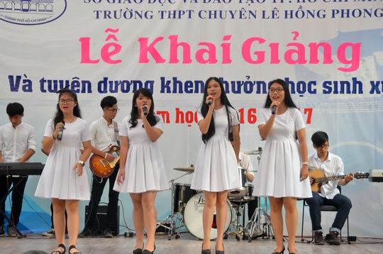 Học sinh Trường THPT Lê Hồng Phong với các tiết mục văn nghệ vui tươi đón chào năm học mới