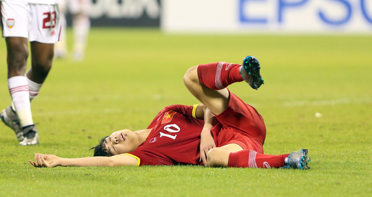 Công Phượng nằm gục trên sân sau tình huống va chạm với hậu vệ U23 UAE