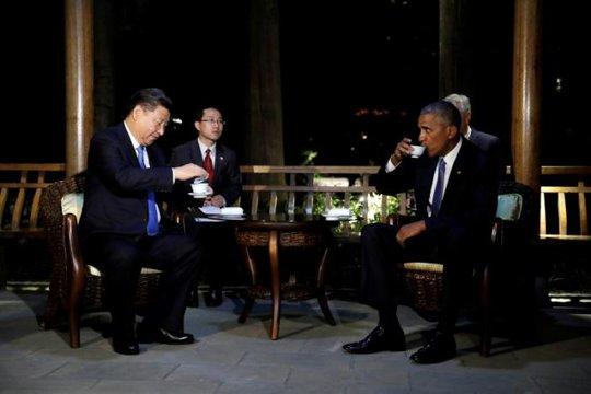 Rồi cùng ngồi uống trà. Ảnh: Reuters