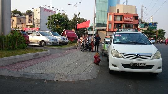 Địa điểm xảy ra vụ cướp luôn luôn đông người bán nước, bảo vệ, tài xế taxi, xe ôm và người đi đường.