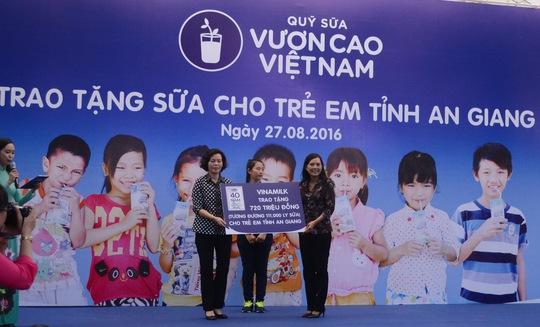 Bà Bùi Thị Hương, Giám đốc Điều hành Vinamilk, trao bảng tượng trưng số sữa trị giá 720 triệu động cho lãnh đạo Sở Lao động, Thương binh và Xã hội tỉnh An Giang.
