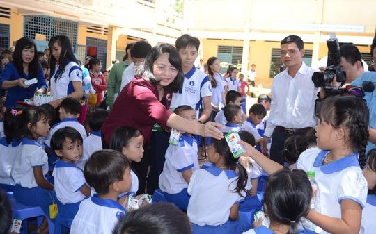 Phó Chủ tịch nước Đặng Thị Ngọc Thịnh trao sữa cho học sinh nghèo.