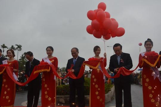 Chủ tịch Quốc hội Nguyễn Sinh Hùng cùng các đại biểu thực hiện nghi thức cắt băng khánh thành