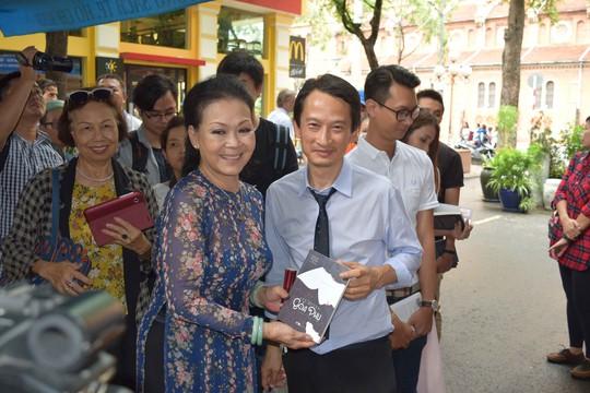 Đạo diễn Trần Anh Hùng ký tặng Nét duyên góa phụ và kịch bản phim Vĩnh cửu gửi tới nữ ca sĩ Khánh Ly