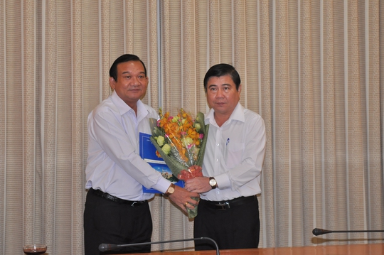 Ông Lê Minh Tấn (bìa trái) nhận quyết định