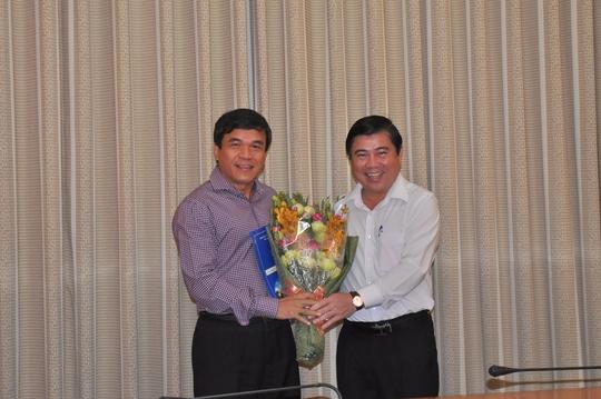 Chủ tịch UBND TP HCM Nguyễn Thành Phong trao quyết định cho ông Nguyễn Quý Hòa