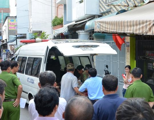 Thi thể nạn nhân được chuyển khỏi hiện trường
