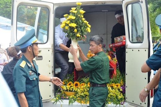 Đồng đội đưa linh cữu phi công Trần Quang Khải vào nhà