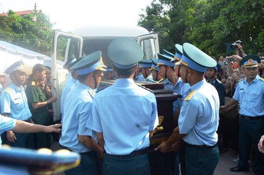 Òa khóc đón đại tá phi công Trần Quang Khải