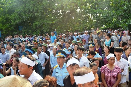 Rất đông người dân đến đón người con của quê hương