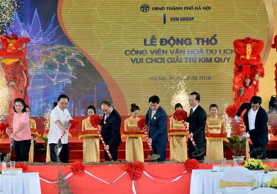 Thủ tướng cùng lãnh đạo Hà Nội làm làm lễ động thổ Công viên Kim Quy - Ảnh: Quang Hiếu