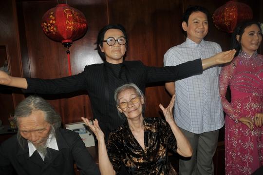 NS Bo Bo Hoàng bên cạnh các bức tượng sáp của Thành Lộc, Hữu Châu, Cẩm Tiên và nhạc sĩ Văn Cao