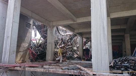 Hàng trăm ống sắt, ống tre ngổn ngang đè lên hai nạn nhân xấu số
