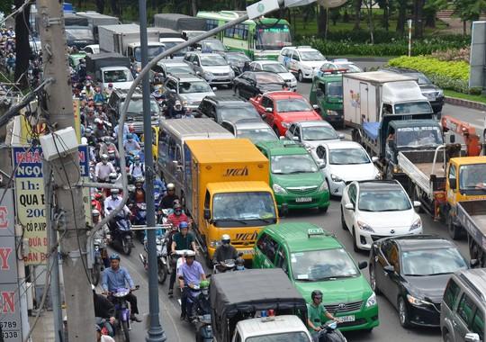 Cảnh ùn ứ kéo dài tại khu vực công viên Hoàng Văn Thụ - hướng vào sân bay Tân Sơn Nhất