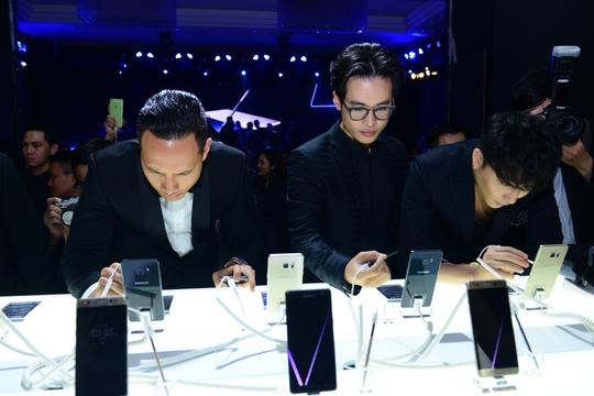 Người dùng trải nghiệm Galaxy Note7 tại TP HCM trong buổi ra mắt