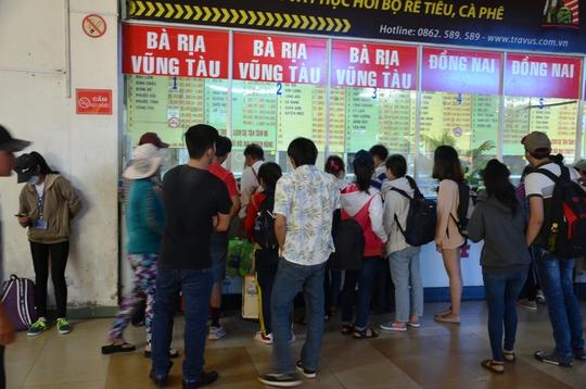 Hành khách tập trung mua vé đi các chặng ngắn tại Bến xe Miền Đông