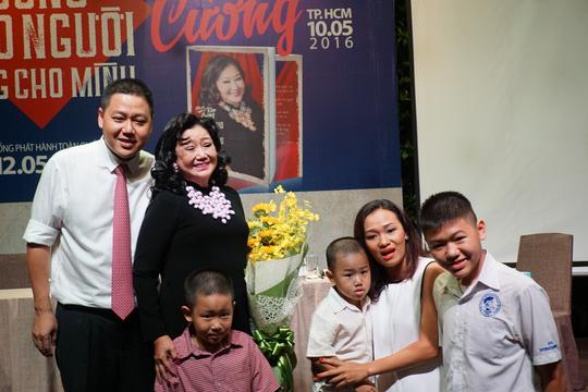 NSND Kim Cương và gia đình của con trai - Gia Vinh cùng vợ và ba con trai là cháu nội của NSND Kim Cương