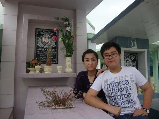 NSƯT Thanh Thanh Tâm và con trai - Kim Tuyền - về viếng mộ mẹ - cố NS Thanh Thanh Hoa