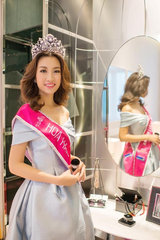 Nhiều khách hàng không giấu nổi sự bất ngờ và phấn khích khi được chiêm ngưỡng nhan sắc và giao lưu cùng tân hoa hậu Đỗ Mỹ Linh