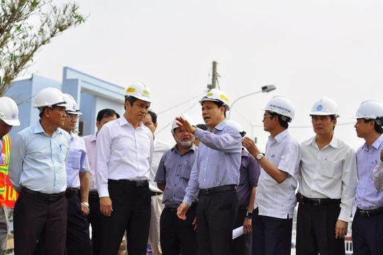 Thứ trưởng Nguyễn Ngọc Đông (áo xanh) yêu cầu đẩy nhanh tốc độ thi công, lập báo cáo chi tiết