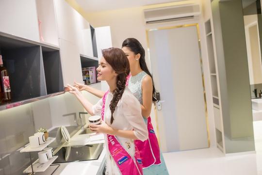 Á hậu 1 Ngô Thanh Thanh Tú và á hậu 2 Huỳnh Thị Thùy Dung vui vẻ trò chuyện tại River City