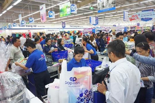 Rất đông khách hàng đến mua sắm tại siêu thị trong ngày đầu mở cửa