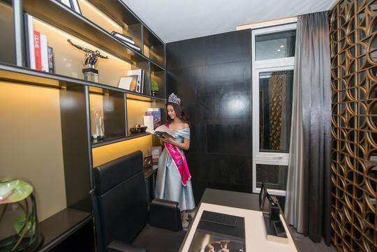 Hoa Hậu Đỗ Mỹ Linh thích thú với không gian sống đẳng cấp bên trong căn hộ. Sau khi đăng quang, cô sẽ được trải nghiệm cuộc sống tại căn hộ River City trong suốt 2 năm nhiệm kỳ.