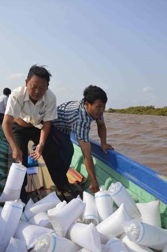 Thông qua Lễ hội Nghinh Ông, tôm giống được thả về biển để tái tạo nguồn lợi thủy sản
