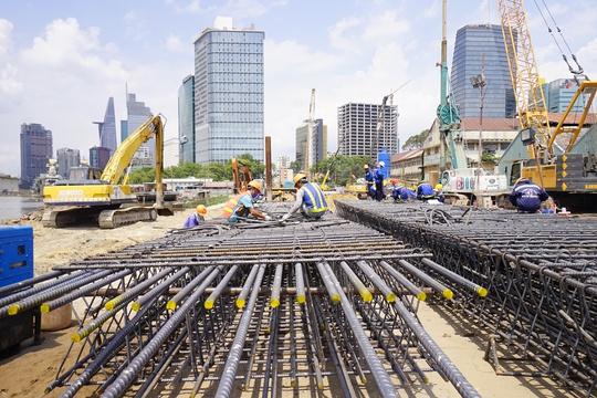 Các hạng mục khác tại ga Ba Son đang được những người công nhân thực hiện. Lõi thép chắc chắn tạo độ bền, tuổi thọ cao cho công trình.